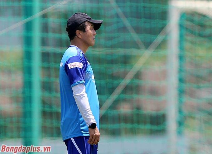 Khuôn mặt thẫn thờ của trợ lý Lee Young Jin sau khi đội nhà thua cuộc