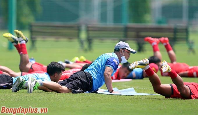 HLV Park Hang Seo tập luyện cùng các học trò
