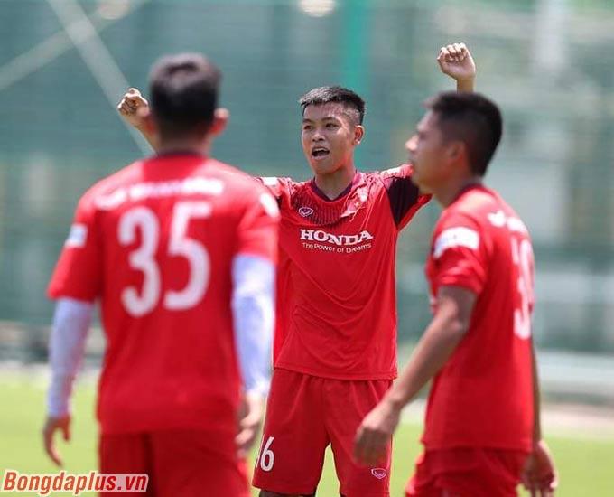 Hữu Thắng ăn mừng bàn thắng của đồng đội khi đá đối kháng