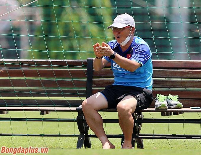 Tuy vậy sau đó, thầy Park không tham gia thi đấu. Ông ngồi ngoài cổ vũ cho 2 đội Ban huấn luyện U22 Việt Nam