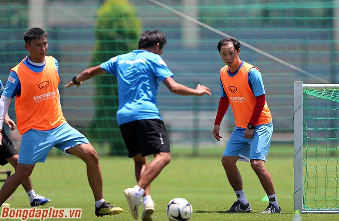 Trợ lý Kim Han Yoon đóng vai thủ môn cho đội mặc áo bib. Trong khi HLV thủ môn Nguyễn Thế Anh đá hậu vệ