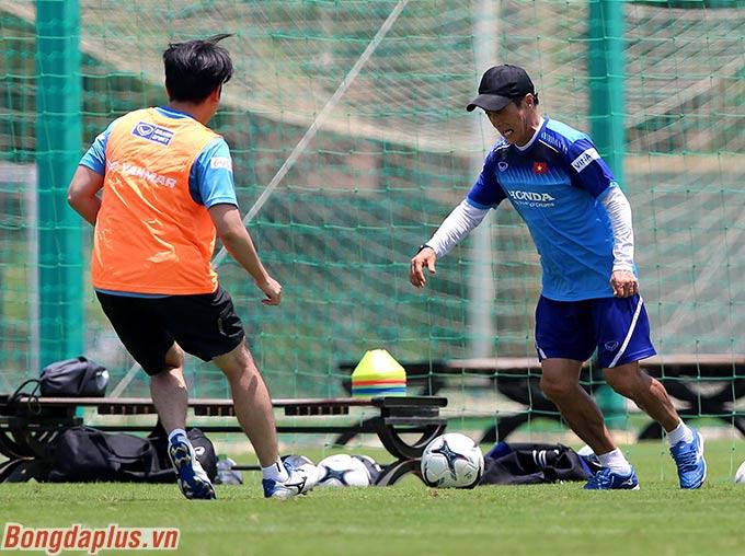 Trợ lý Lee Young Jin đi bóng trước sự truy cản của đối thủ. Ông vốn là tuyển thủ quốc gia Hàn Quốc nên kỹ năng đi bóng, xử lý bóng nổi trội hơn