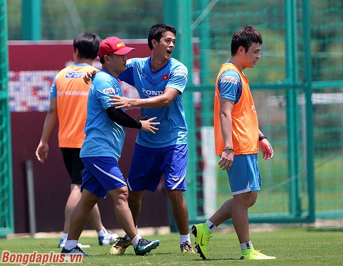 Trợ lý Lê Huy Khoa ăn mừng với đồng đội sau bàn thắng