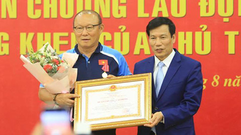 Bộ trưởng Nguyễn Ngọc Thiện trao Huân chương Lao động hạng Nhì cho HLV Park Hang Seo