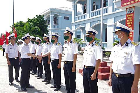 Cán bộ Tiểu đoàn 473 đón Chính uỷ đến thăm và làm việc