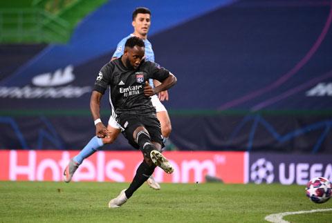 Moussa Dembele (trước) trong trận lập cú đúp vào lưới Man City ở tứ kết Champions League vừa qua