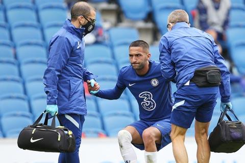 Ziyech được các bác sĩ dìu rời sân ở đầu hiệp 2 trận hòa Brighton 1-1