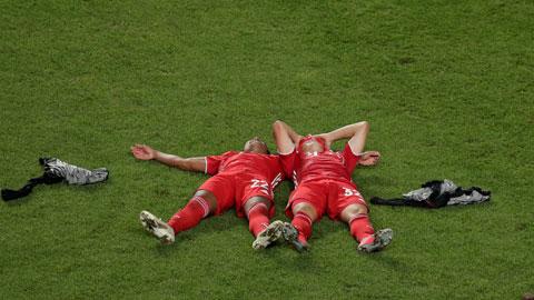 Kimmich và Gnarby cùng nằm giữa sân sau trận thắng PSG