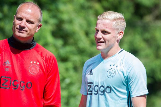 Bergkamp là người dìu dắt Van de Beek thành tài