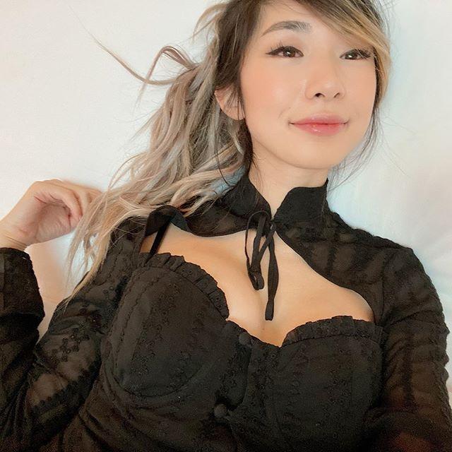 Leena Xu sinh ngày 17/4/1993.Trong buổi phát sóng trực tiếp hồi đầu tháng 8, Leena Xu cho biết Doublelift đã cầu hôn mình. Tuy nhiên, cô nàng từ chối và chỉ chấp nhận khi xạ thủ này vượt qua vòng bảng của VCK Liên minh huyền thoại diễn ra trong tháng này