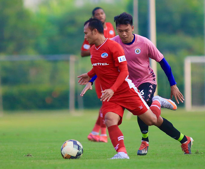 Đồng đội của Văn Hậu là trung vệ Thành Chung đá tiền đạo. Anh ghi 2 bàn vào lưới Viettel