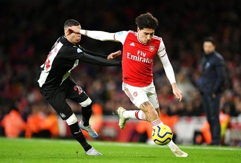 Bellerin (phải) là trụ cột nơi hàng thủ Arsenal