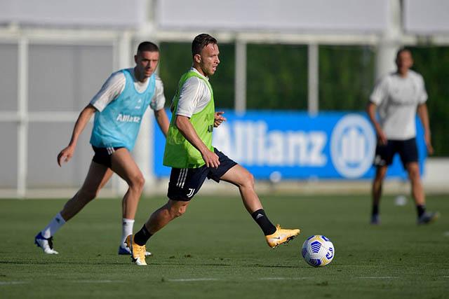 CĐV Juventus háo hức chờ màn ra mắt của Arthur