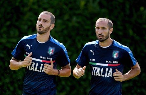 Kinh nghiệm của cặp trung vệ Bonucci và Chiellini (phải) rất cần cho ĐT Italia lúc này