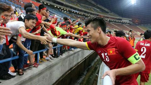 Ngọc Hải cảm ơn NHM sau một trận đấu quốc tế Ảnh: Minh Tuấn