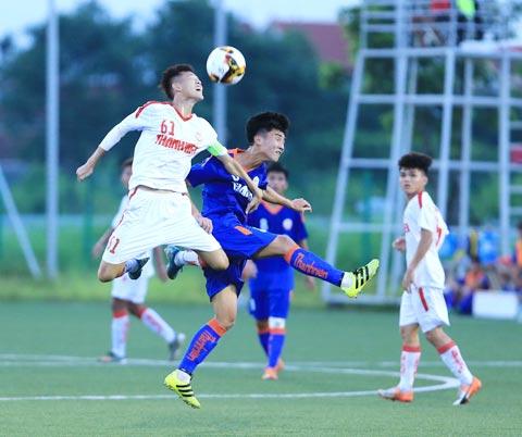 GĐKT Adachi (ảnh nhỏ) ấn tượng với sự phát triển của bóng đá trẻ Việt Nam ảnh: Đức Cường