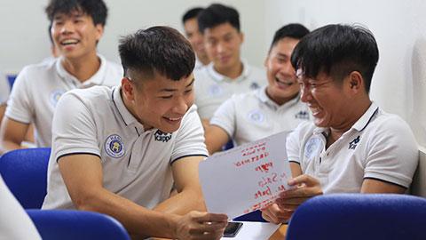 Cầu thủ Hà Nội FC cắp sách đi học phụ đạo tiếng Anh