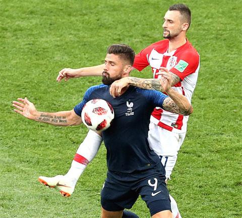 Vắng nhiều ngôi sao, Pháp (áo sẫm) thi đấu rất nhạt nhòa và khó thắng được Croatia lúc này