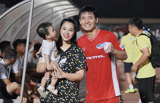 Bùi Tiến Dũng cùng vợ Khánh Linh và con gái
