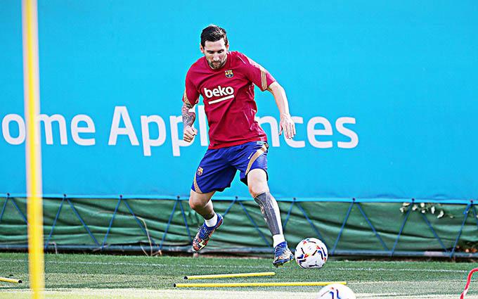 Messi cô đơn trên sân tập