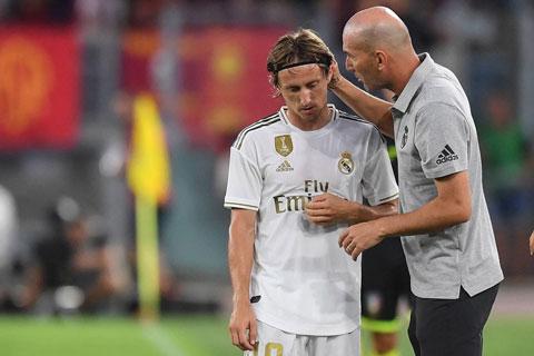 Lão tướng Modric (trái) vẫn nằm trong kế hoạch của HLV Zidane ở Real cho La Liga 2020/21