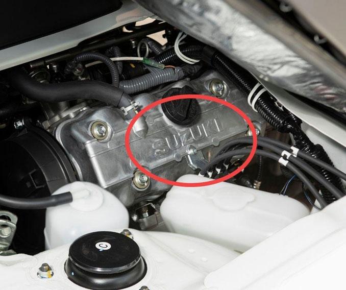 """Động cơ F10 chính hãng Suzuki được nhận diện bằng dòng chữ """"Suzuki"""" đúc nổi"""