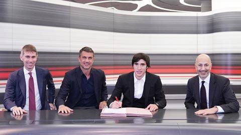 Tonali (thứ 2 từ phải qua) trong ngày ký hợp đồng với Milan