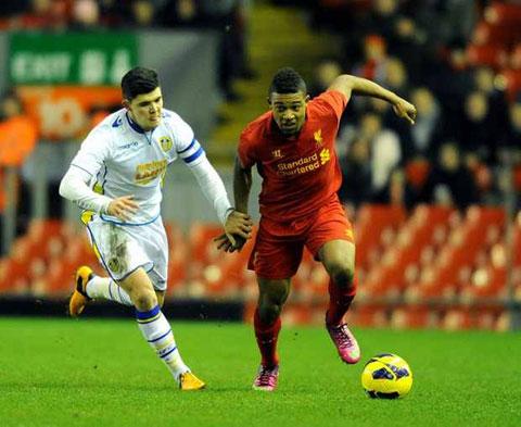 Những trận Leeds (trái) gặp Liverpool thường có nhiều bàn thắng