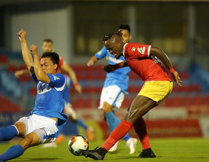 Mansaray (áo đỏ) ghi bàn cân bằng tỷ số 1-1 cho HL Hà Tĩnh - Ảnh: Xuân Thuỷ