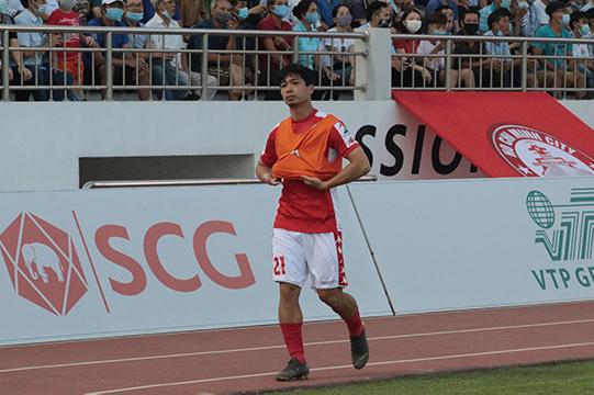 Đến lúc này HLV Chung Hae Soung ra hiệu cho Công Phượng khởi động để chuẩn bị vào sân