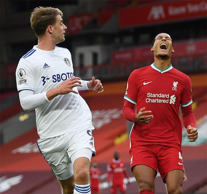 Van Dijk mắc sai lầm tai hại trong tình huống dẫn đến bàn thua thứ 2 của Liverpool