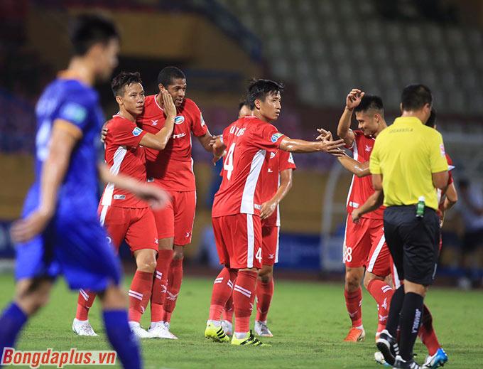 Lần lượt Caique, Khắc Ngọc, Bruno chọc thủng lưới thủ môn Văn Tiến từ phút 14 đến 19