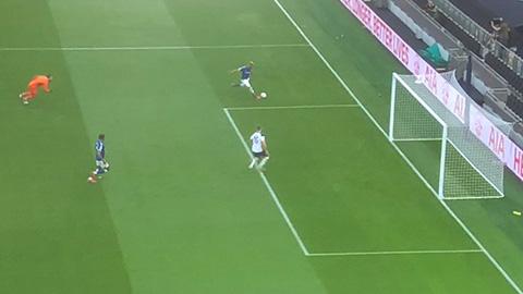 Ngỡ ngàng Richarlison đá thẳng bóng ra ngoài trước khung thành Tottenham