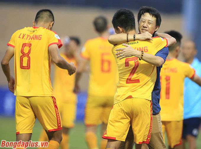 HLV Nguyễn Thành Công tiếc nuối khi không thể cùng Thanh Hoá đi đến chặng cuối cùng ở V.League 2020 - Ảnh: Đức Cường