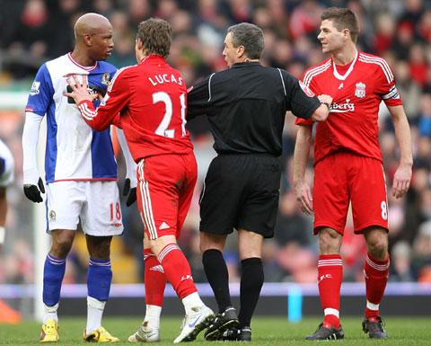 Đồng đội và trọng tài phải can thiệp để hạ hỏa 2 cái đầu nóng của Diouf (trái) cùng Gerrard