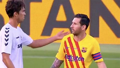 """Tại sao Messi nổi cáu, gọi đối phương là """"đồ đần độn""""?"""
