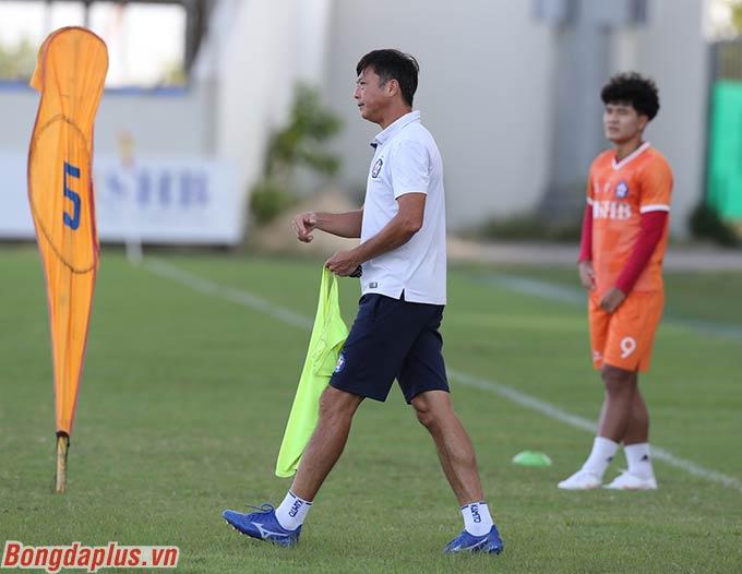 """""""Nếu không lọt vào được Top 8, đội cũng phải bỏ túi được những điểm sổ khả quan để dễ thở hơn ở giai đoạn 2 do đã tích lũy được nhiều điểm hơn các đối thủ khác trong cuộc đua chống xuống hạng"""", ông Bùi Xuân Hòa bày tỏ."""