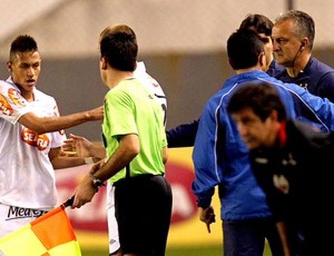 Vào năm 2010, Neymar khi đó còn thi đấu cho Santos đã lập tức ném chai nước và tiến về phía ông thầy nhiếc móc. Lý do là HLV Dorival Junior không cho anh đá 11m