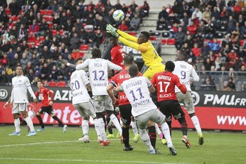 """Những pha cứu thua xuất sắc của thủ môn Edouard Mendy (trên) giúp anh """"có vé"""" đến Chelsea"""