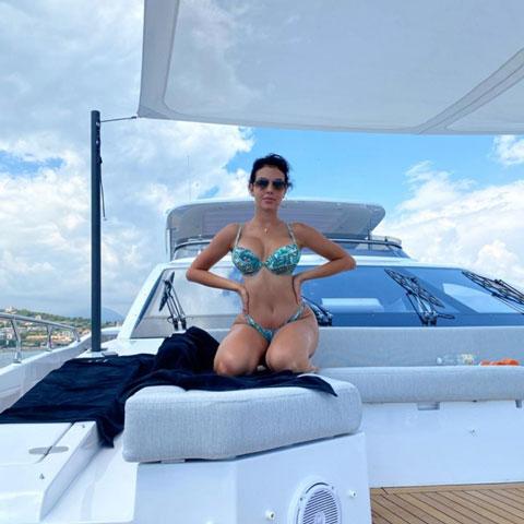 Bạn gái Ronaldo lại gây sốt với bộ bikini ngựa vằn vàng - đen