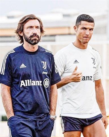 Cựu danh thủ Milan, Pirlo (trái) mới được bổ nhiệm làm HLV trưởng Juventus hồi tháng 8