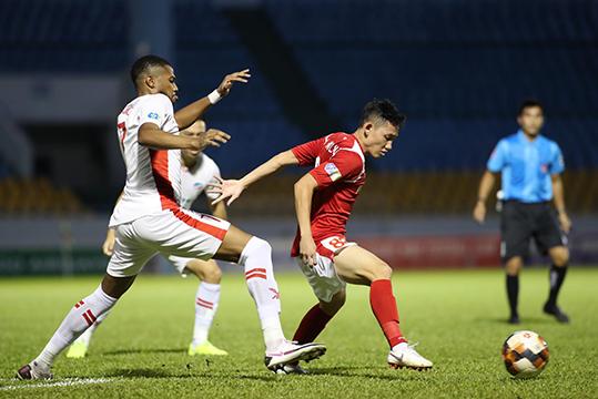 Than Quảng Ninh (áo đỏ) đang chơi tốt hơn Viettel. Ảnh: Phan Tùng