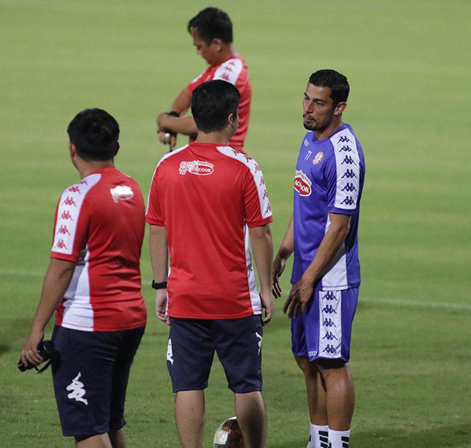 Còn Ariel Rodriguez (phải) đã ghi 2 bàn sau 12 trận khoác áo Costa Rica. Ở cấp CLB, Ariel Rodriguez cũng đã ghi tới 114 bàn thắng sau 295 lần ra sân, xuyên suốt 10 năm chơi bóng tại Costa Rica cho đến Thái Lan