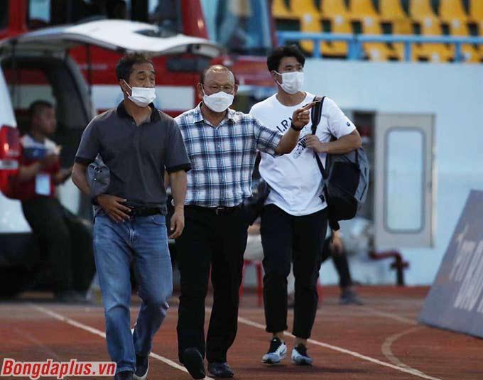 Thay vì đi xem trận Hà Nội FC - TP.HCM, HLV Park Hang Seo cùng trợ lý Lee Young Jin vi hành Cẩm Phả để xem trận Than.QN và Viettel