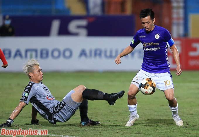 Bùi Tiến Dũng bất lực trước đội trưởng kỳ cựu Văn Quyết bên phía Hà Nội FC