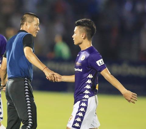 HLV Chu Đình Nghiêm động viên Quang Hải sau trận đấu - Ảnh: Đức Cường