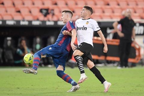 Phong độ kém cỏi trên sân khách khiến Valencia (áo sáng) khó có điểm rời sân Balaidos