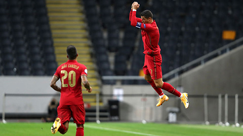 Ronaldo lần thứ 5 nhận giải ghi bàn xuất sắc của IFFHS