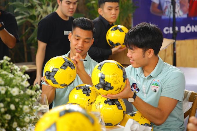 Văn Thanh, Xuân Trường mỏi tay ký tặng cho người hâm mộ