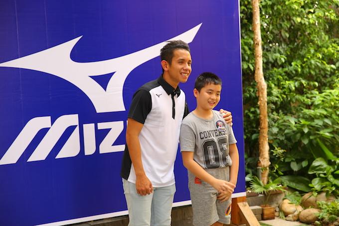 Hồng Duy chụp ảnh với một fan nhí
